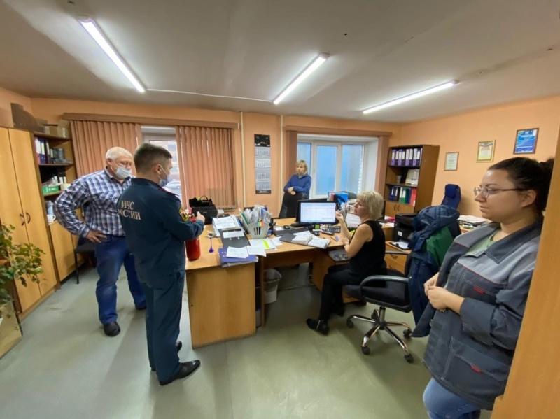 Сотрудники МЧС России проводят противопожарные инструктажи на предприятиях